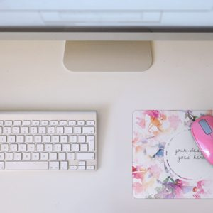Desktop Mac with pink mouse
